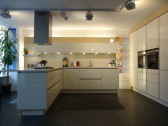 h cker musterk che designerk chen grifflos in magnolie hochglanz ausstellungsk che in von. Black Bedroom Furniture Sets. Home Design Ideas