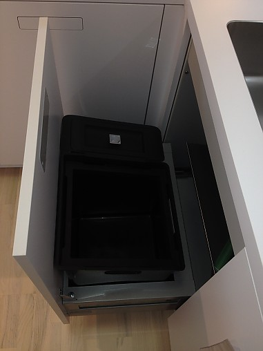 next125 musterk che designk che mit einklappbaren griffen ausstellungsk che in freiburg von. Black Bedroom Furniture Sets. Home Design Ideas