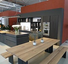 varenna poliform musterk che kochinsel mit betonbr cke und hochschrankzeile ausstellungsk che. Black Bedroom Furniture Sets. Home Design Ideas